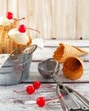 Cornets de crème glacée avec la cerise Photos libres de droits