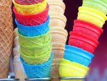 Cornets de crème glacée colorés extérieurs un jour tiré sur la rue photos libres de droits