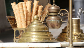 cornets de crème glacée dans le chariot de crème glacée dans le style antique Image libre de droits