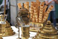 cornets de crème glacée de gaufre dans le chariot de crème glacée dans le style antique Photographie stock libre de droits
