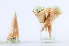 Cornets de crème glacée de thé vert en verres clairs Photographie stock