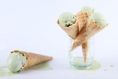 Cornets de crème glacée de thé vert en verres clairs Image libre de droits