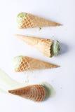 Cornets de crème glacée de thé vert laissés tomber Photo stock
