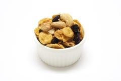 Cornflake de caramel dans des tasses blanches Photographie stock libre de droits