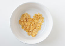 Cornflake de forme de coeur dans la cuvette blanche d'isolement Photo libre de droits