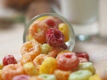 Cornflake et lait de couleur Images stock