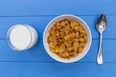 Cornflakes śniadaniowego zboża puchar z mlekiem na drewno stołu backgro Fotografia Stock