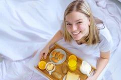 cornflakes азиатских хлопьев завтрака кровати предпосылки красивейших кавказских китайские есть наслаждающся женской счастливой и Стоковое Изображение RF