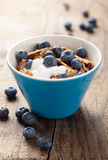 Cornflakes avec du yaourt et des myrtilles Photographie stock libre de droits