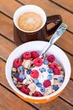 Cornflakes avec les fruits frais, le yaourt et le café Images stock