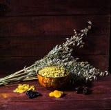 Cornflakes avec les fruits secs sur le fond en bois Photos libres de droits