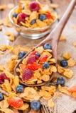 Cornflakes com bagas frescas Imagens de Stock