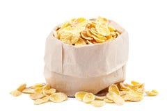 Cornflakes dans un sac de papier sur le fond blanc Images stock
