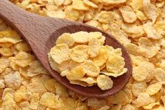 Cornflakes dans une cuillère en bois Photos stock