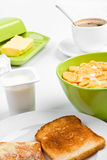 Cornflakes, deux pains grillés et café Image stock