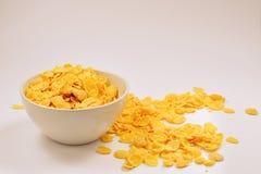 Cornflakes die aan de witte kom vallen motie Copyspace stock afbeelding