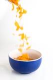 Cornflakes die op wit worden geïsoleerde Stock Fotografie