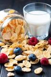 Cornflakes en braambessen Stock Fotografie
