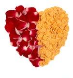 Cornflakes et coeur de pétales roses Photo stock