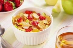 Cornflakes et fraises sains de petit d?jeuner photos libres de droits