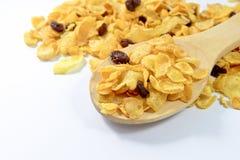Cornflakes et groseille dans une cuillère en bois Photo stock