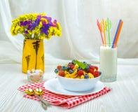 Cornflakes, frukost av cornflakes och bär royaltyfri bild