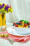 Cornflakes, frukost av cornflakes och bär arkivbild