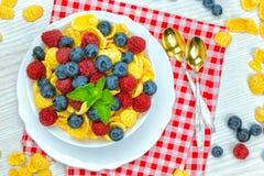 Cornflakes, frukost av cornflakes och bär fotografering för bildbyråer