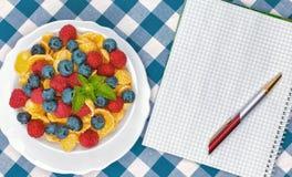 Cornflakes, frukost av cornflakes och bär arkivfoto