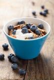 Cornflakes med yoghurt och blåbär Royaltyfri Fotografi
