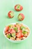 Cornflakes met aardbei en kiwiplakken royalty-vrije stock foto's