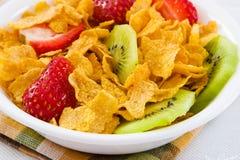 Cornflakes met Aardbeien en het Fruit van de Kiwi royalty-vrije stock afbeeldingen