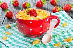 Cornflakes met melk en aardbeien, close-up stock foto's