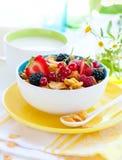 Cornflakes met vruchten en melk royalty-vrije stock afbeeldingen