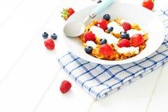 Cornflakes met yoghurt en bessen op plaat Stock Foto