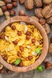 Cornflakes sains avec les écrous et le lait Photo stock