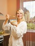 cornflakes som äter kvinnan Royaltyfri Fotografi