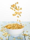 Cornflakes spada w białego puchar zdjęcie royalty free
