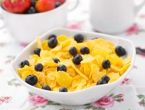 Cornflakes with strawberries and blueberries Royalty Free Stock Photos