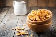 Cornflakes voor ontbijt in een bamboeplaat op oude houten achtergrond Royalty-vrije Stock Fotografie