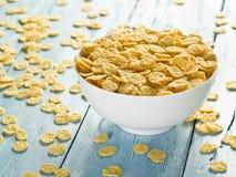 Cornflakes w białym pucharze obraz stock