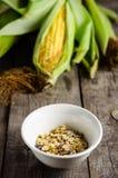 Cornflakes z kukurudzą na tle zdjęcia stock