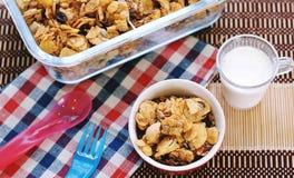 Cornflakes zboże w czerwonym pucharze z mlekiem Obraz Stock