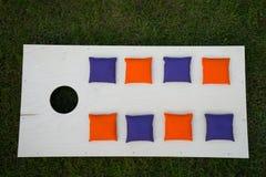 Cornhole-Brett-flache Lage mit Sitzsäcken auf Gras Stockfotos