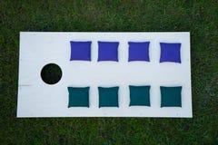 Cornhole-Brett-flache Lage mit Sitzsäcken auf Gras Lizenzfreie Stockbilder