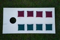 Cornhole-Brett-flache Lage mit Sitzsäcken auf Gras Lizenzfreie Stockfotografie