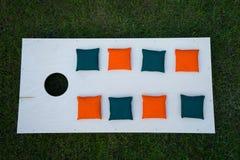 Cornhole-Brett-flache Lage mit Sitzsäcken auf Gras Stockbild