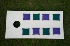 Cornhole-Brett-flache Lage mit Sitzsäcken auf Gras Stockfotografie
