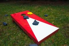 Cornhole-Spiel-Brett mit Bean Bags Stockbilder