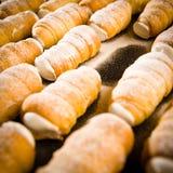 Corni crema decorati con lo zucchero di polvere Immagine Stock Libera da Diritti